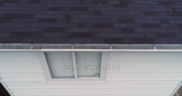 Letecký pohled na střechy inspektor zkoumání domu okapy