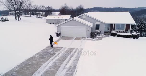 Nízké orbitě pohled domu lopaty Show od příjezdové cesty
