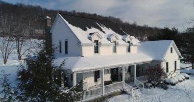 Pomalé letecké oběžnou dráhu kolem země dům v zimě