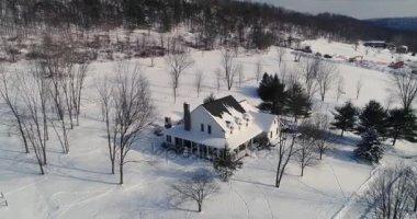 Vysoký úhel vpřed nadjezdu venkovský dům v zimě