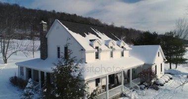 Letecký nadjezdu zimní scény a venkovský dům