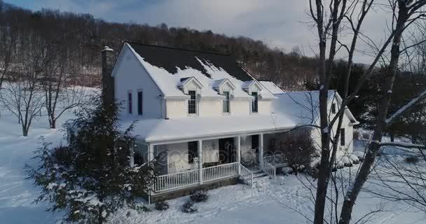Pomalé letecké přístup venkovský dům v zimě