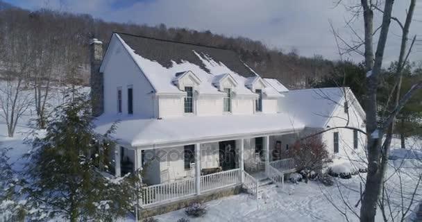 Pomalé letecké opakem venkovský dům v zimě