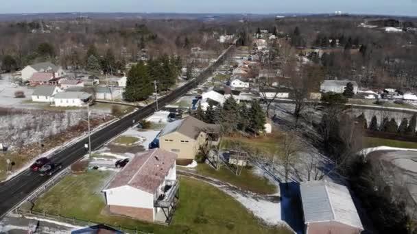 Egy gyors felüljáró tipikus Nyugat-pennsylvaniai bentlakásos otthonok egy napsütéses téli napon. Pittsburgh-suburbs