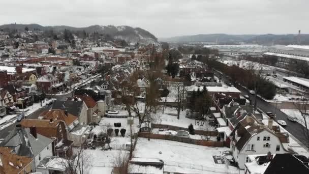 Lassú előre légi létrehozó lövés a környéken télen