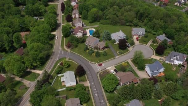 Vysoký úhel letního přeletu, který vytváří záběr typické obytné čtvrti v západní Pensylvánii. Pittsburghské předměstí.