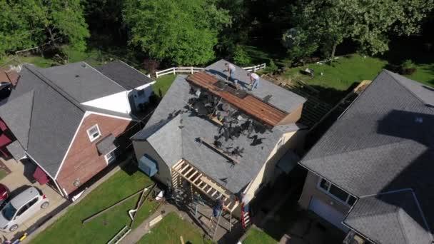 Orbitální vzdušný přelet střech, který odstraňuje oblázky domu, než položí novou střechu. Pittsburghské předměstí.