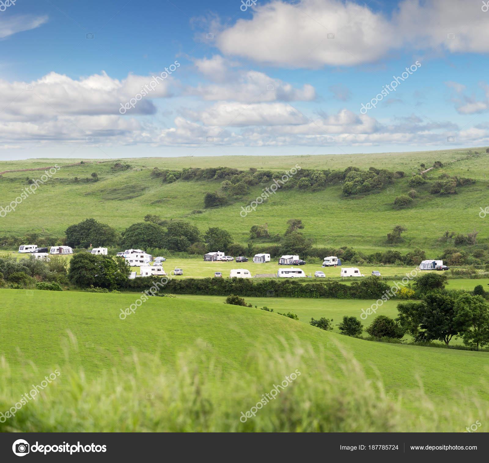 Trailer Van De Caravan Kamperen In Engelse Groene Velden Stockfoto