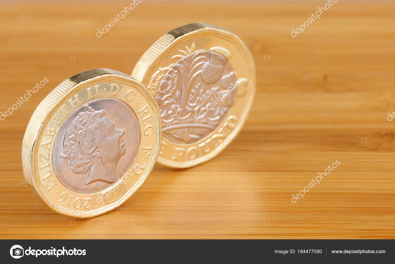 Zwei Neue Englische Ein Pfund Münzen Auf Einem Hölzernen Hintergrund