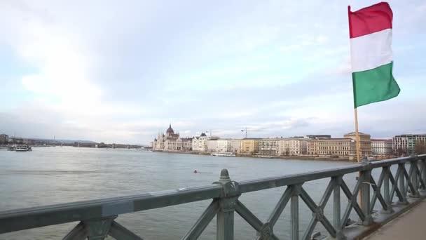 A Duna és Magyarország zászlója a budapesti Lánchídról