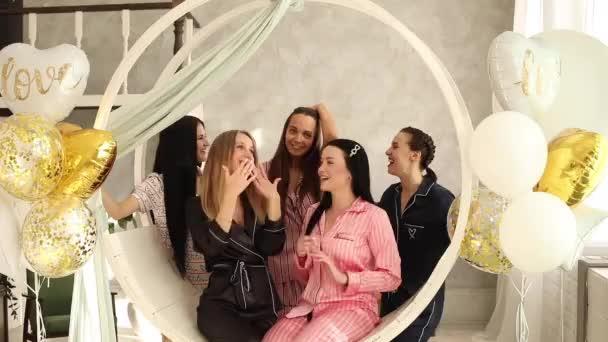 Öt fiatal, gyönyörű lány együtt örül.