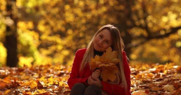 Kleine Tochter läuft im Herbstpark zur Mutter