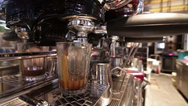 Příprava kávy espreso ve sklenici