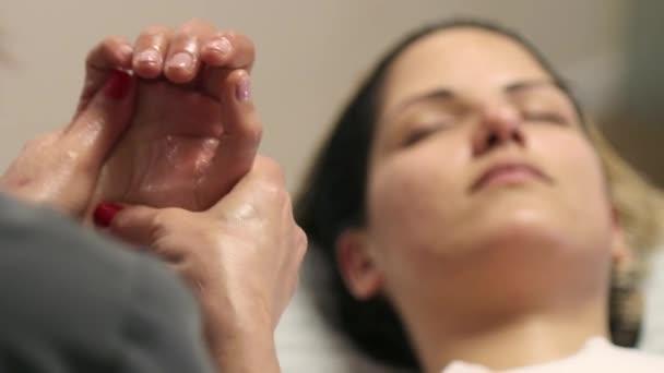 Masseurin hand Massage an einem Patienten