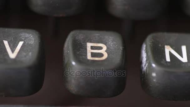 Zadání klíče písmeno B na klíčky od auta vintage