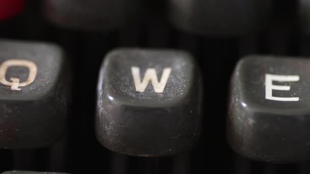 Zadání klíče písmeno W na klíčky od auta vintage