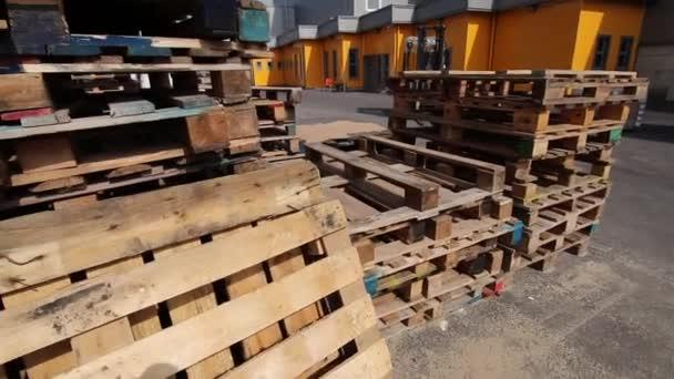 A fából készült rakodólapok az áruk tartályokba lövés