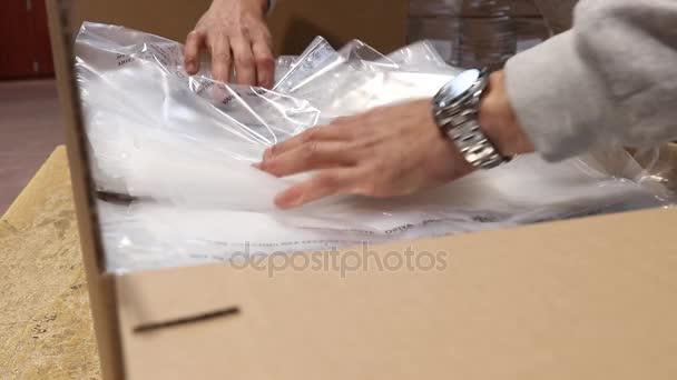 Shot z balení sáčků pro dodávku