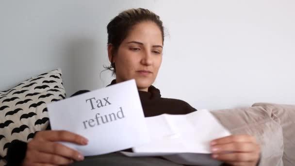 Schuss von Frau erhält Steuerrückzahlung