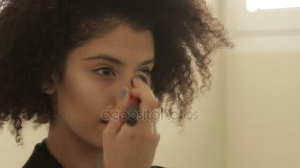 Shot z atraktivních mladých modelu dávat make-up