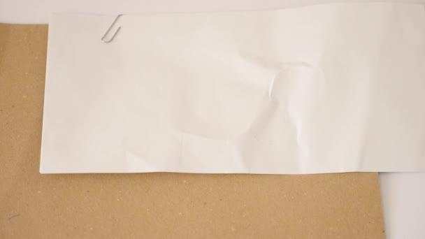 Házet peníze na ploše s obálkou