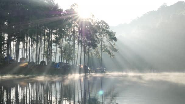 Reggeli hangulat és napfény a Pang Ung tónál Erdészeti ültetvények, Maehongson tartomány, Észak-Thaiföld Ázsia. Turisztikai látványosságok pihenni a természettel. Lassú mozgás