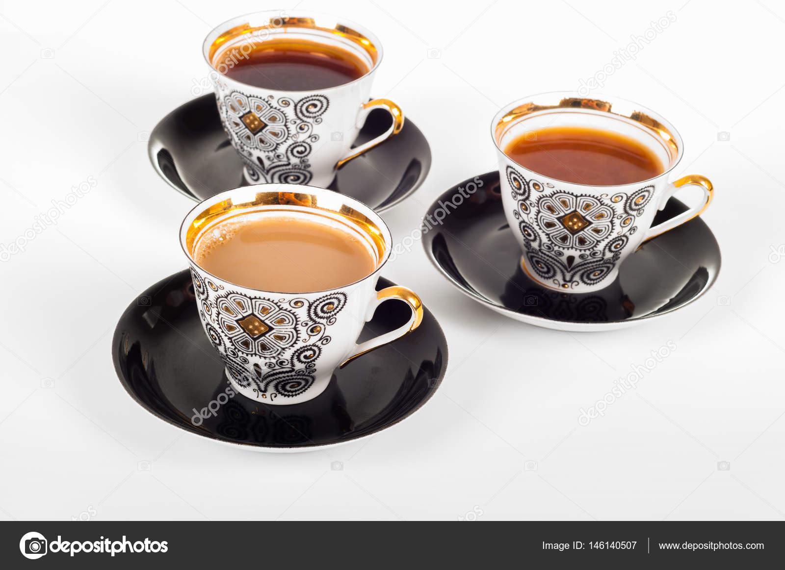 Tres tazas de caf con leche negra blanca y que fluye en for Taza de cafe con leche