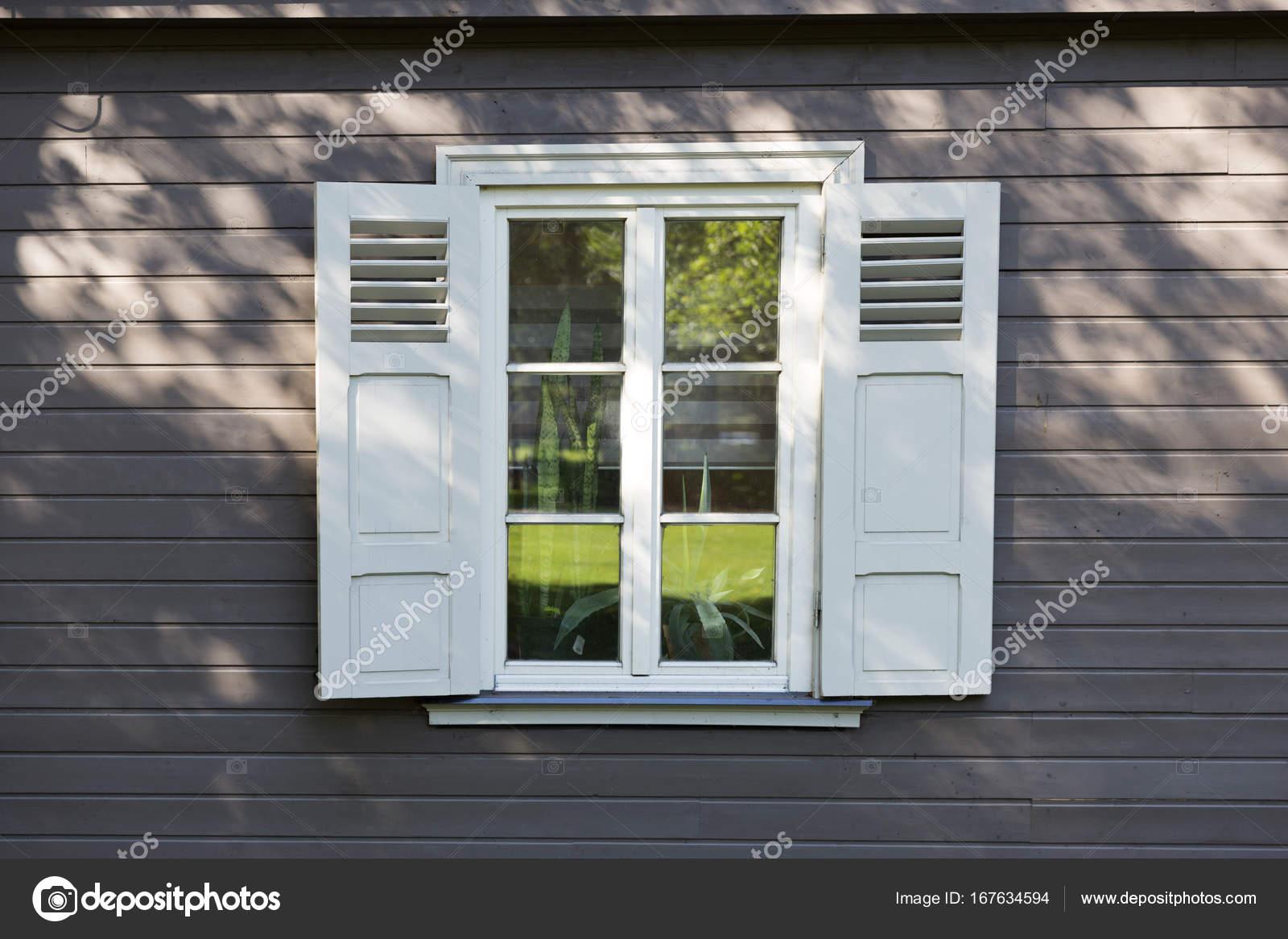 Petite Fenêtre Blanche Vintage Avec Des Volets En Bois Mur