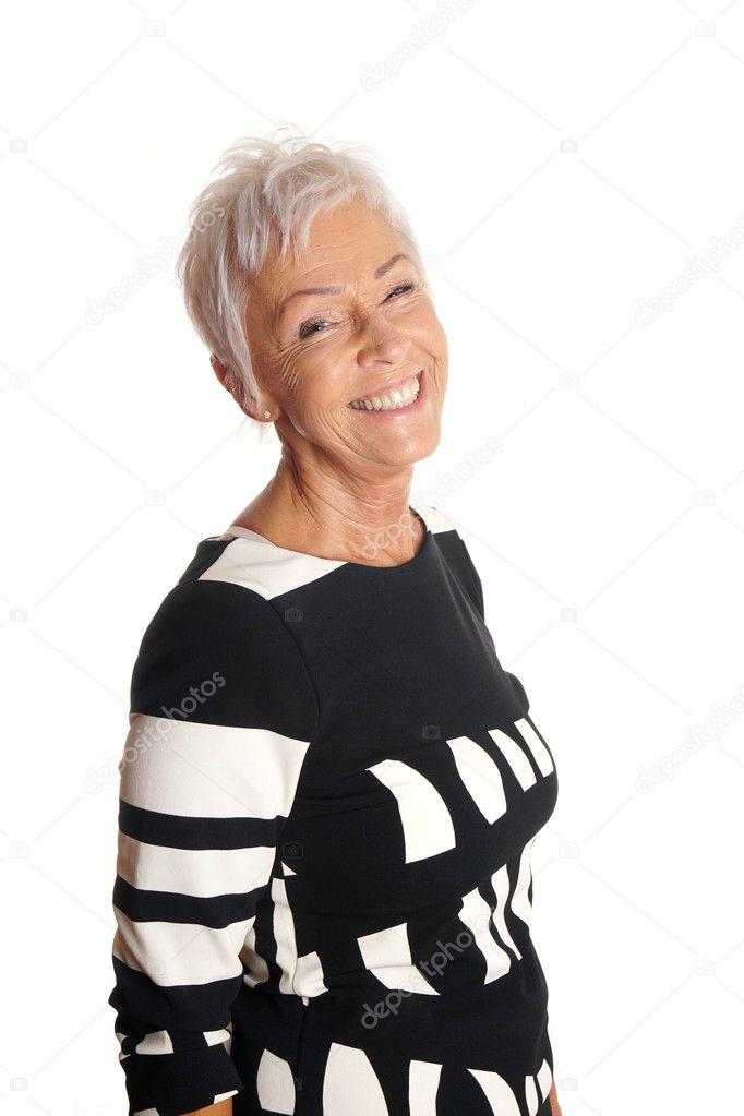 Donna matura sorridente felice nei suoi anni sessanta con i capelli corti bianchi  alla moda — Foto di buecax e0e1a970b9b0