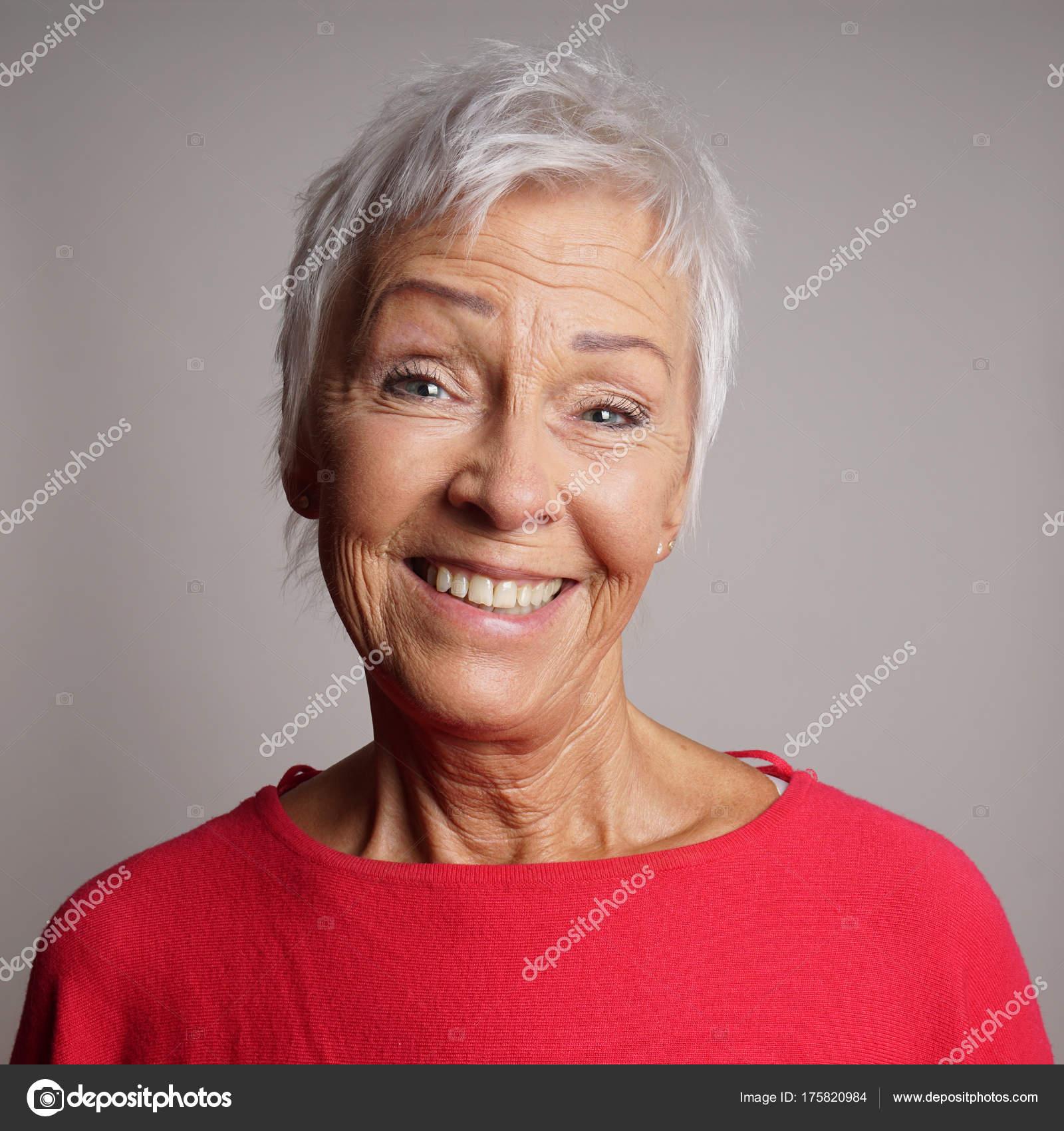 Felice donna anziana nei suoi anni '60 - Foto Stock: Foto ...