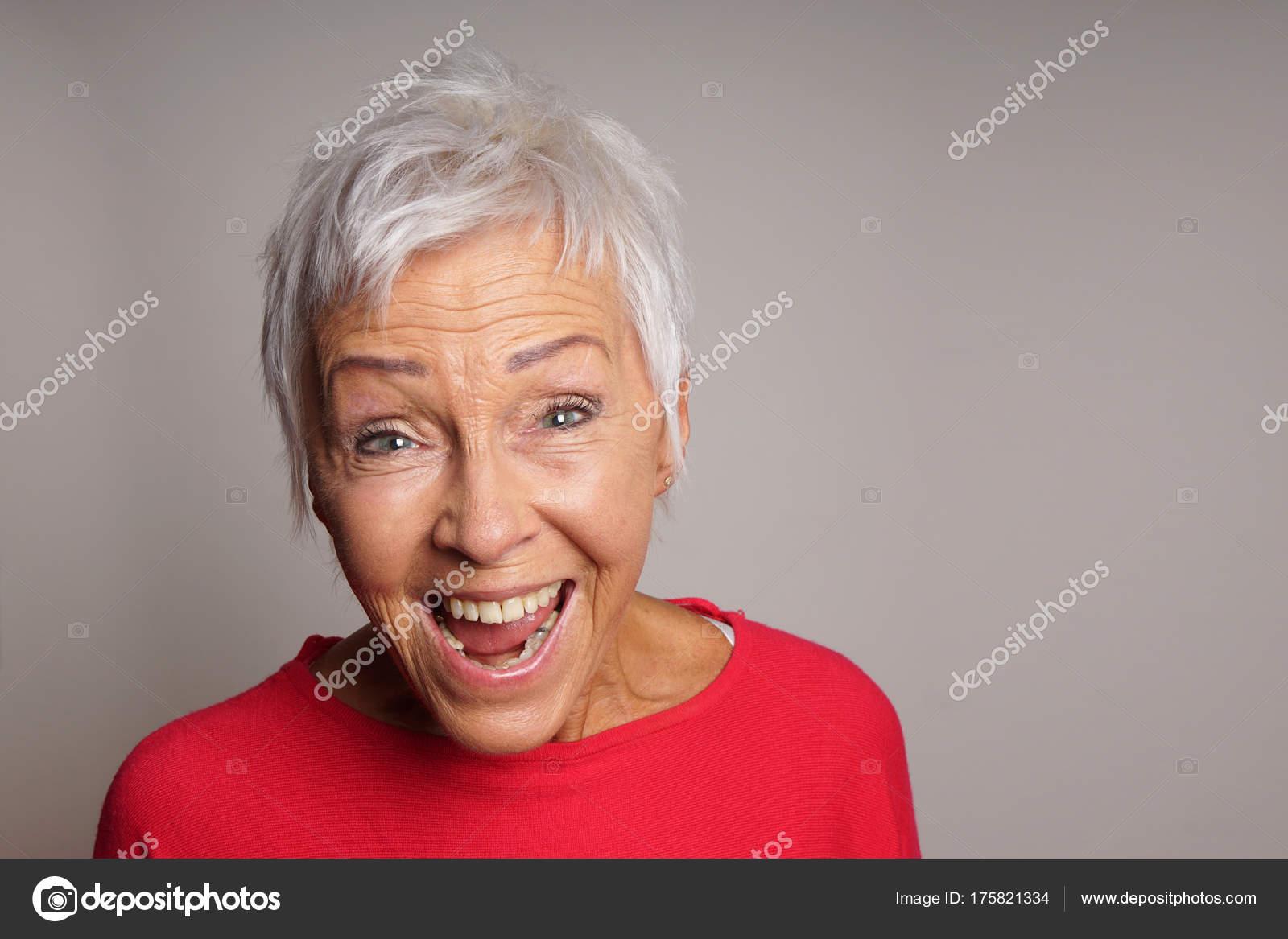 Donna maggiore matura felice con capelli bianchi corti di risata — Foto di  ... 17fafe4f12da