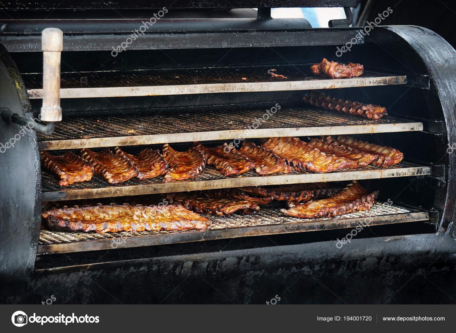 Spareribs Auf Dem Gasgrill Smoken : Bbq spareribs in grill smoker u stockfoto buecax