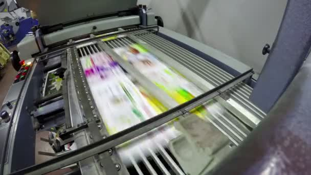 Noviny na tiskové lince v továrně, tiskací postupných čerstvě napsali papíry