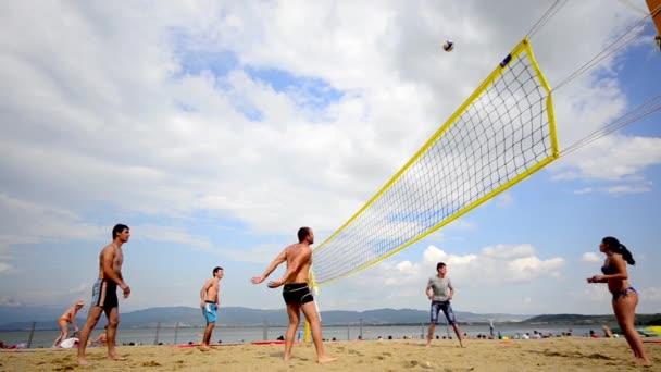 Ohrid, Makedonie - 15. srpna 2014: mladí multi etnické lidé těší čas spolu hraje plážový volejbal