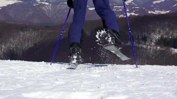 Lyžař začít lyžování dolů