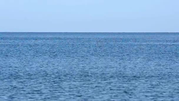 Časová prodleva vodních vln v oceánu prostoru pod pozadí modré oblohy