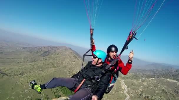 prilep, Mazedonien - ca. Feb 2017: Tandem-Gleitschirmflug über die Berge bei Tag
