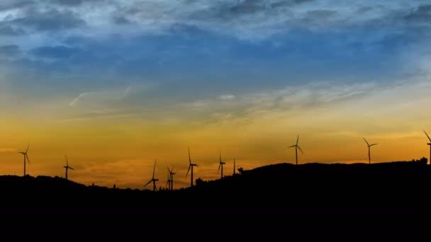 Časová prodleva větrných turbín na hory na západ pozadí