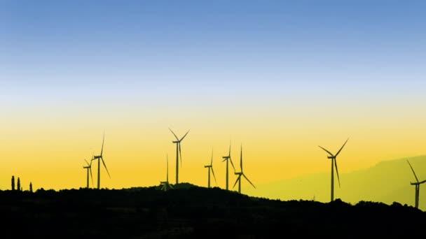 pohled z větrných turbín na hory na západ pozadí