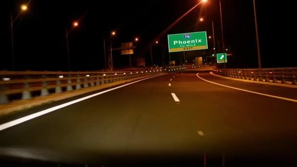 Vezetés országúton éjszaka, exit jel város Phoenix, Arizona