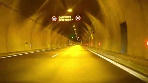 Auto rychle, jízda v tunelu s osvětlením