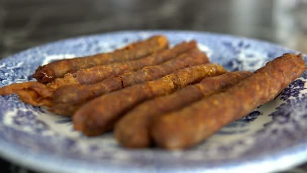 Chutné šťavnaté párky na desce, kečup nebo chilli omáčky
