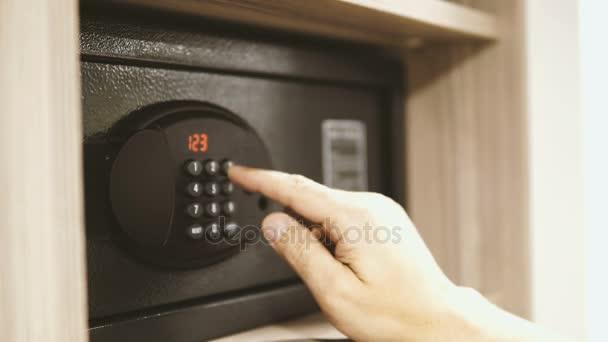 muž otevírání bezpečné s číselnou klávesnicí