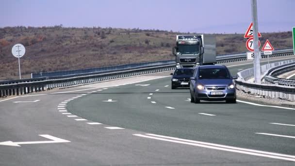 auta se pohybují vysokou rychlostí na silnici highway