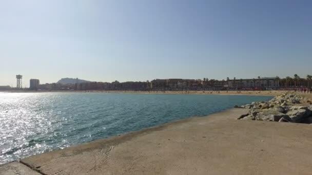 Mořské pobřeží v Barceloně s mrakodrapy čtvrti Sant Marti