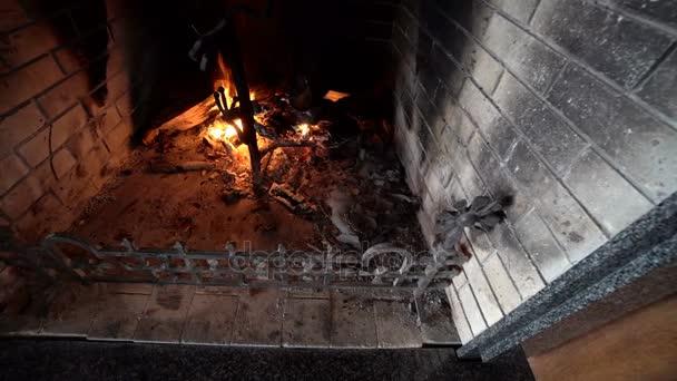 Detailní záběr z hořící dřevo v krbu
