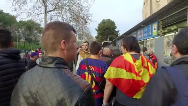 Fotbaloví fanoušci před zápasem v Barceloně