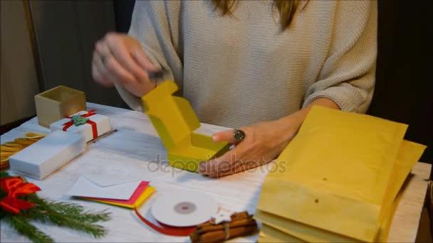 Žena ruce balení vánoční dárek