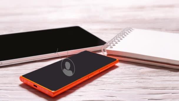 Téléphone mobile tablette ordinateur portable sur bureau bois