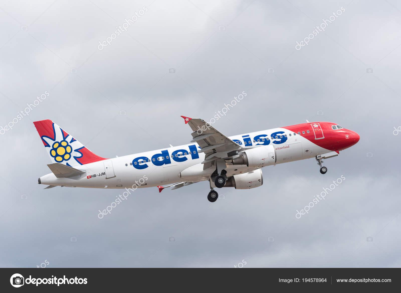 Aeroporto Tenerife Sud : Tenerife spagna 29 aprile 2018: edelweiss airbus a320 decollo